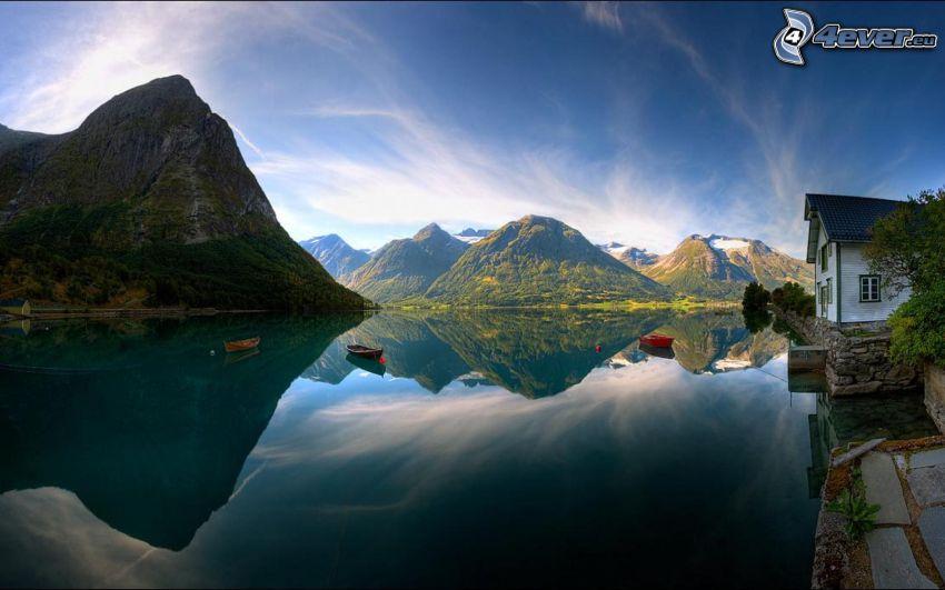 casa sulla riva del lago, imbarcazioni, montagne