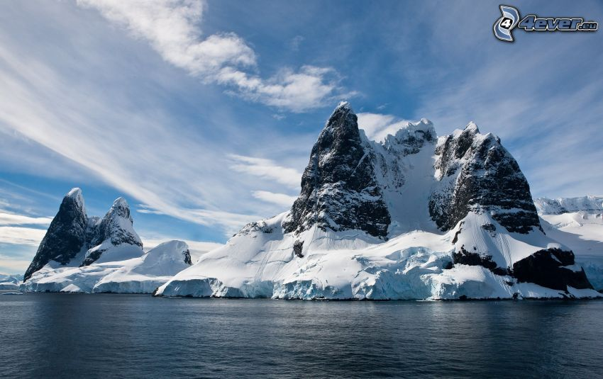 isola rocciosa innevicata, mare