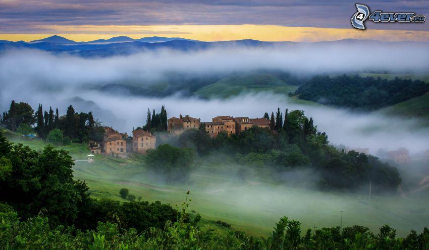 la vista del paesaggio, case, nebbia a pochi centimetri dal terreno