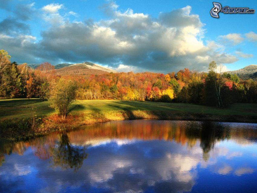 lago, paesaggio d'autunno, boschi colorati d'autunno