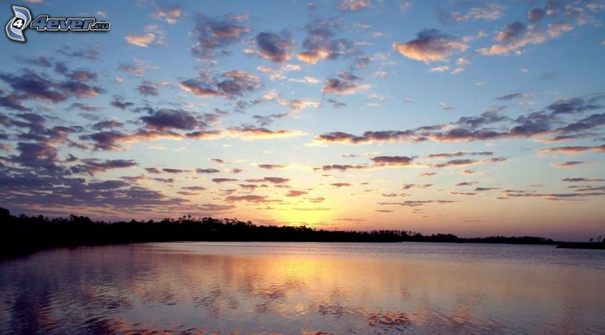 lago calmo di sera