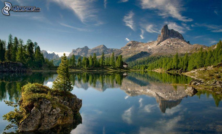 lago di montagna, montagne rocciose, bosco di conifere