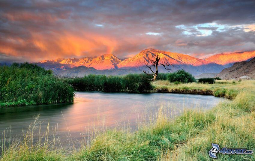 montagna, il fiume, nuvole, prato, alberi
