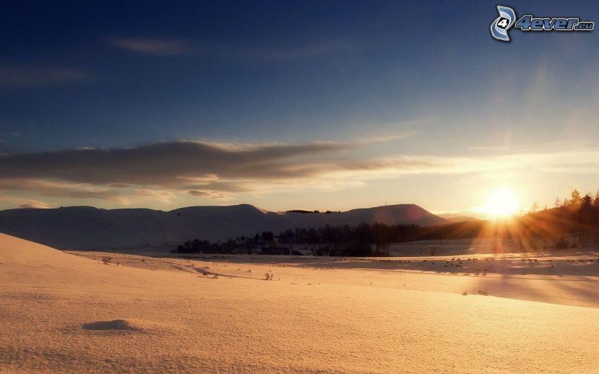 paesaggio innevato, levata del sole