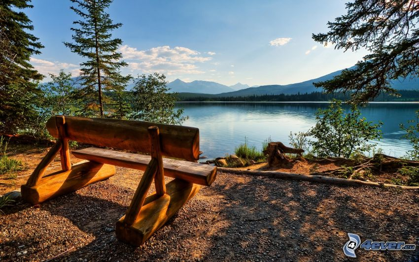 panchina vicino al lago, montagna