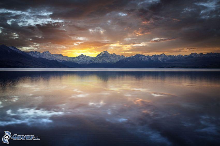 tramonto dietro le montagne, montagna, lago, cielo