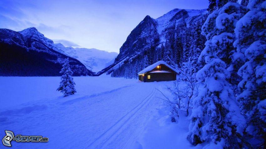 paesaggio innevato, chalet coperto di neve, montagne
