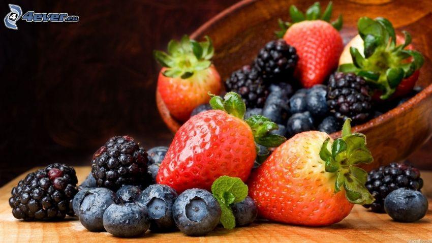 frutta di bosco, fragole, mirtilli, more