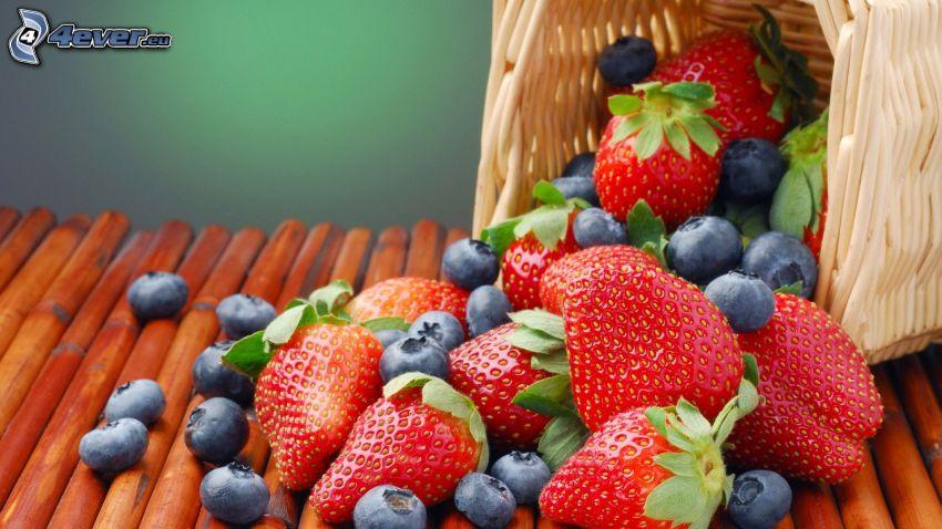 frutta di bosco, mirtilli, fragole, cesto
