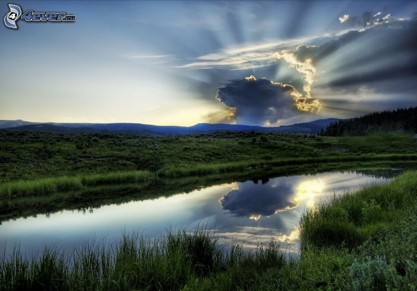 sole dietro le nuvole, il fiume, montagna, raggi del sole