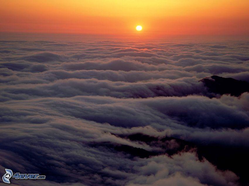 Tramonto sopra le nuvole