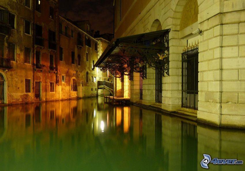 Venezia, strada allagata, case, sera