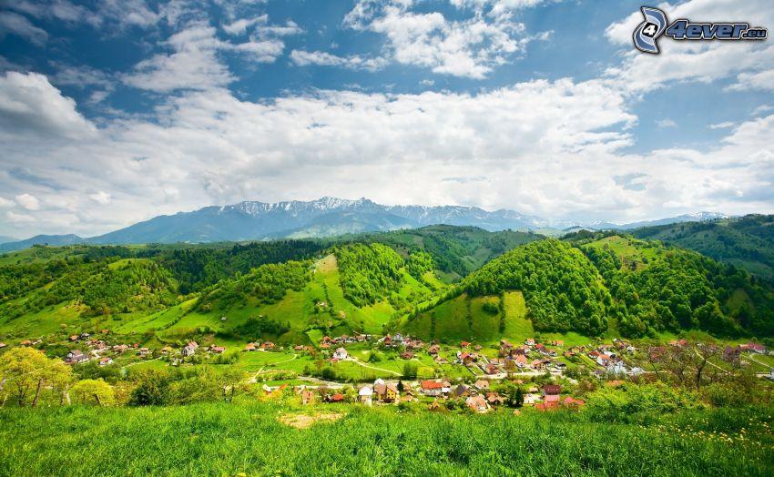villaggio nella valle, montagne, nuvole