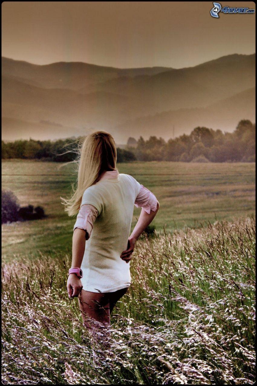 ragazza in campo