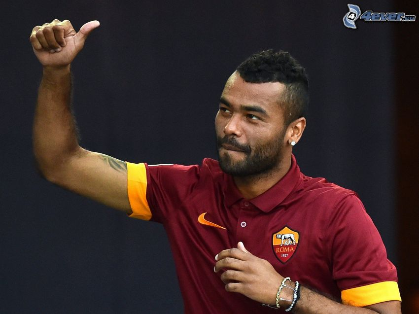 Ashley Cole, calciatore, pollice in alto