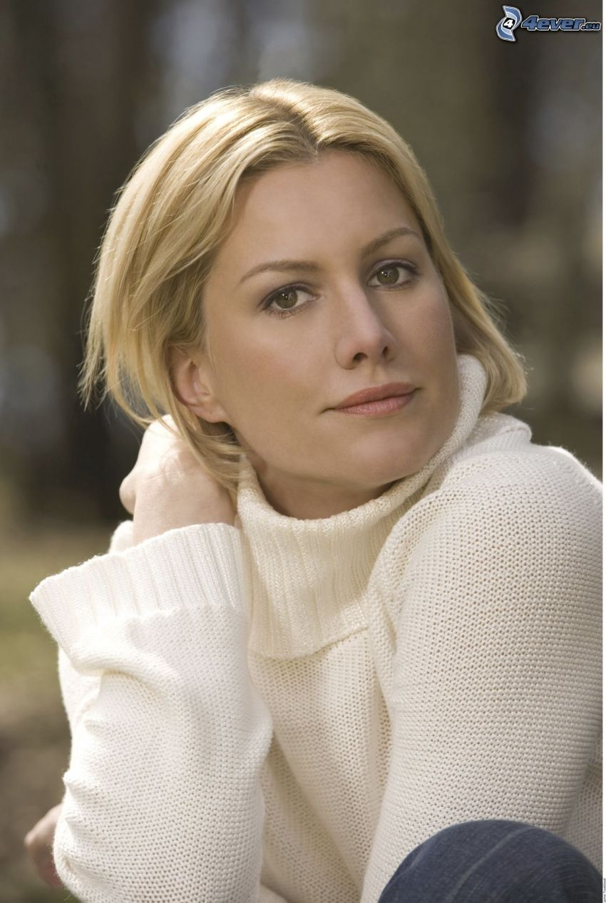 Alice Evans, maglione