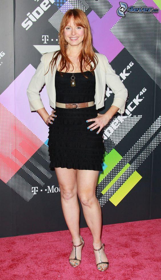 Alicia Witt, mini vestito nero, sorriso