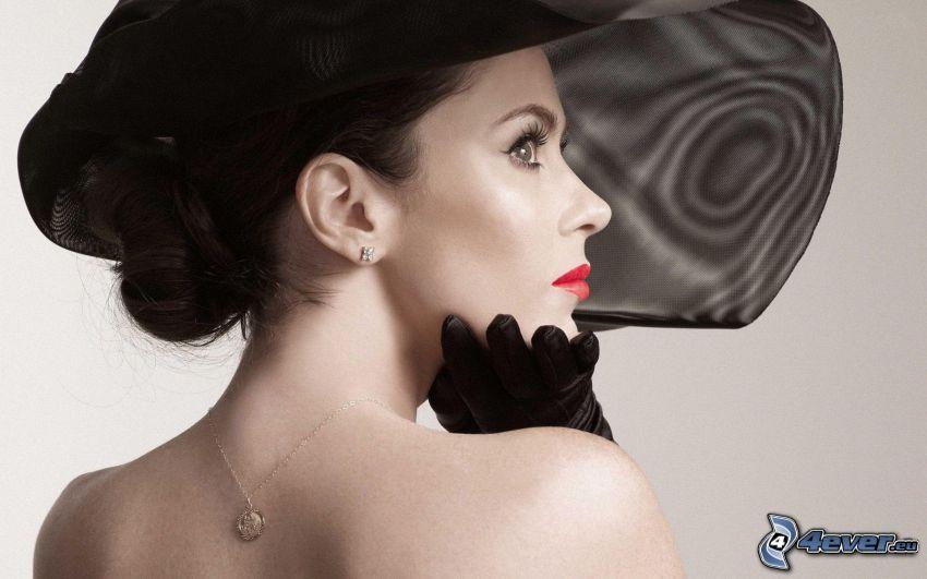 Anna Friel, donna in un cappello
