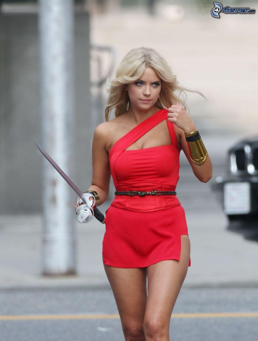 Ashley Benson, vestito rosso, spada
