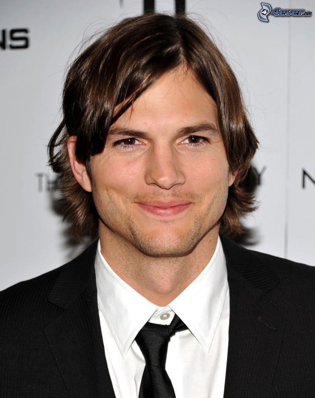 Ashton Kutcher, uomo in abito, capelli lunghi