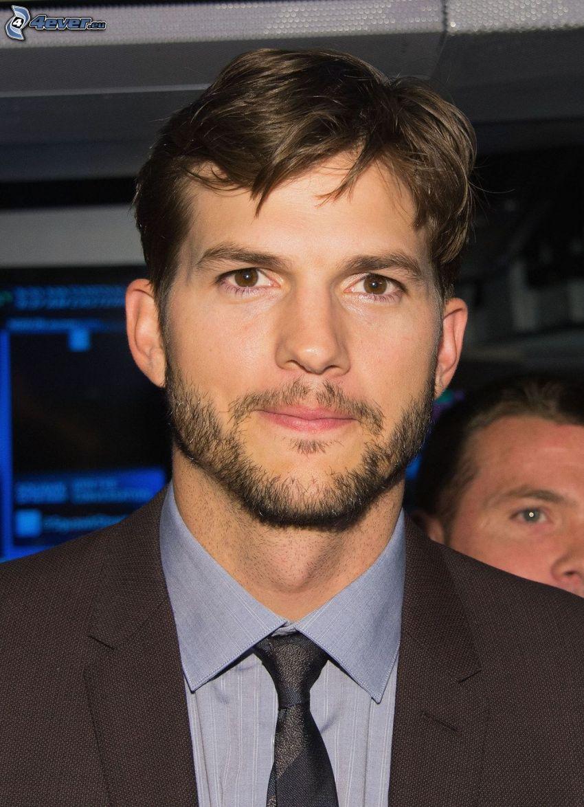 Ashton Kutcher, uomo in abito
