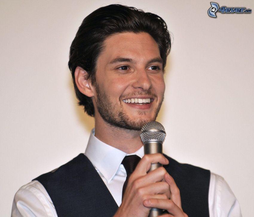 Ben Barnes, sorriso, microfono