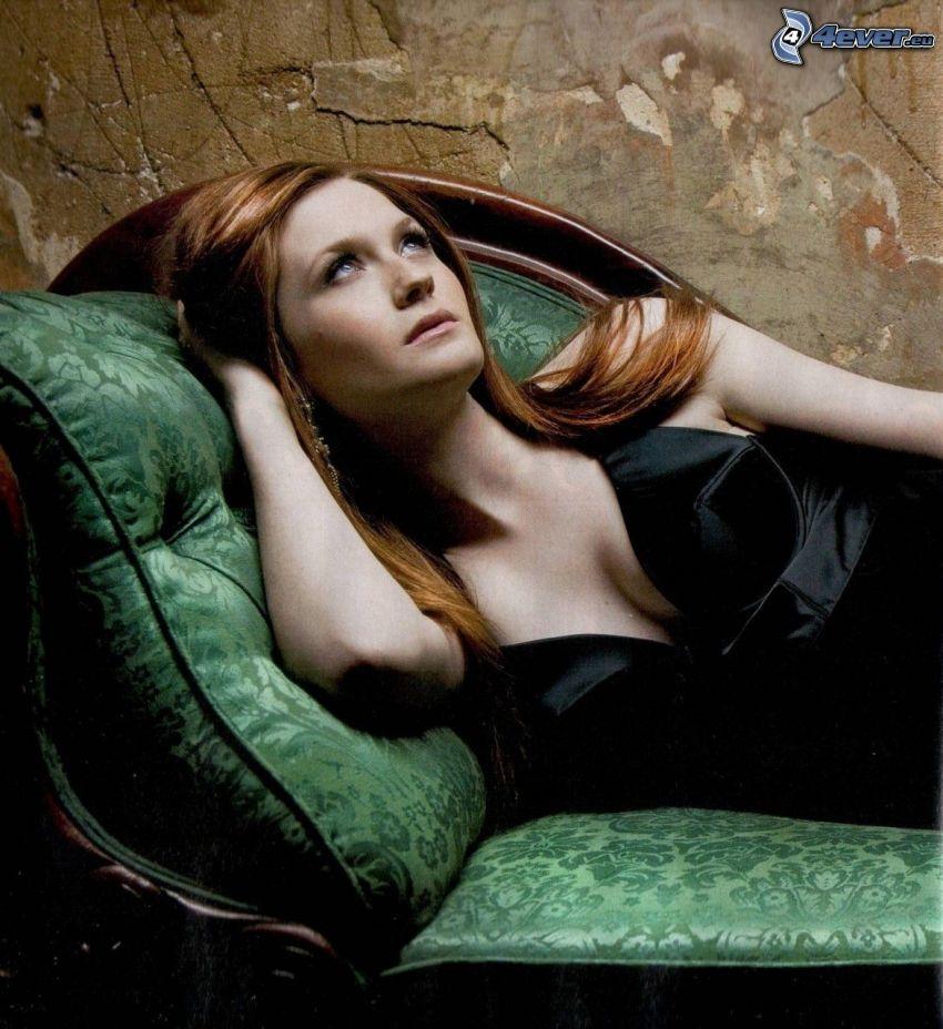 Bonnie Wright, brunetta sul divano