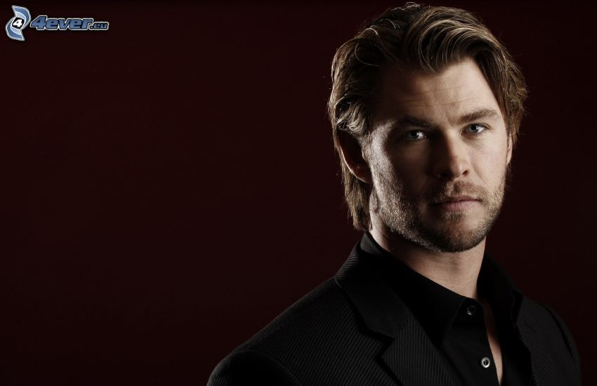 Chris Hemsworth, uomo in abito