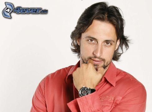 Denis Stefan, rosso, camicia, orologio
