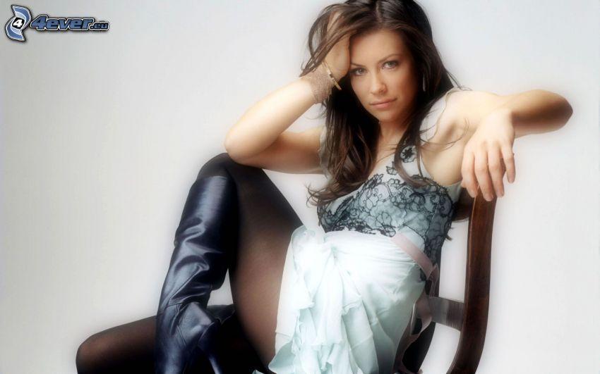 donna su una sedia, stivali
