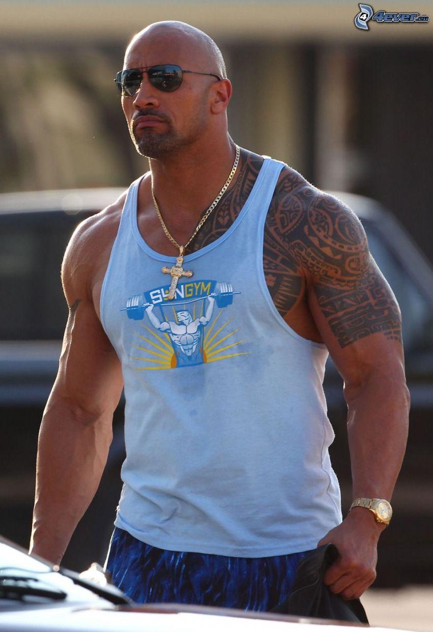 Dwayne Johnson, uomo con gli occhiali, tatuaggio