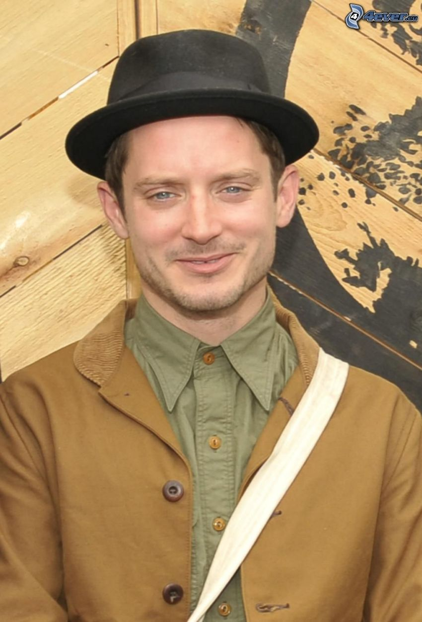 Elijah Wood, un uomo in un cappello