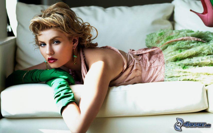 Elisha Cuthbert, donna sul divano