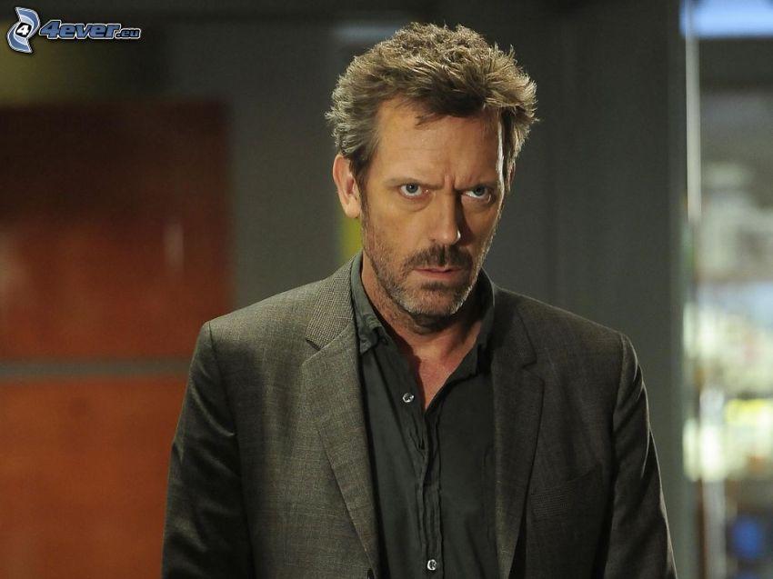 Hugh Laurie, uomo in abito
