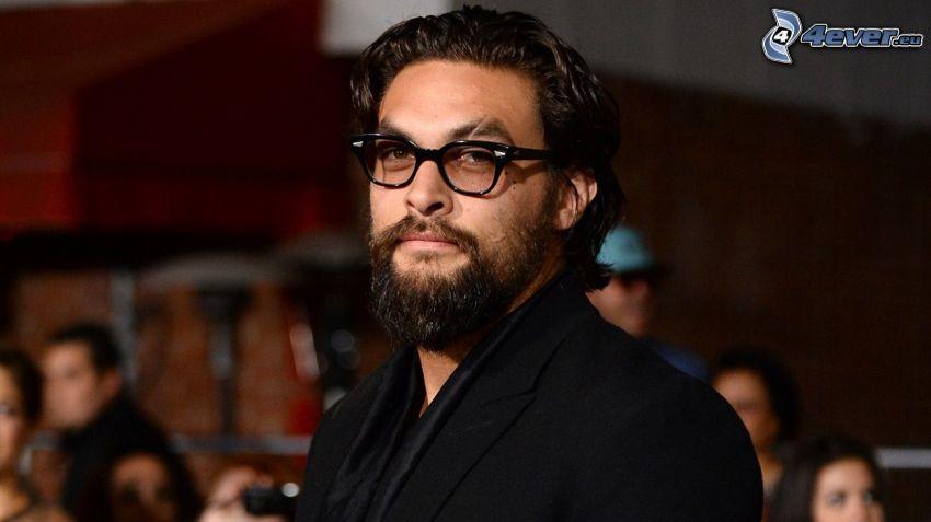 Jason Momoa, uomo con gli occhiali