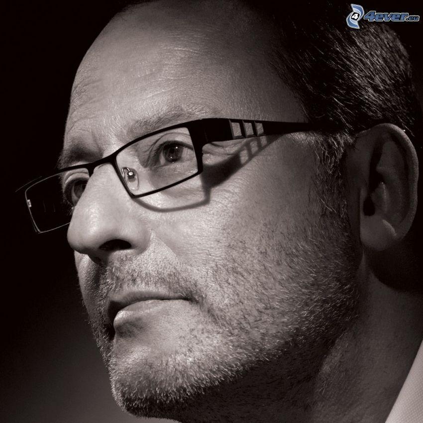 Jean Reno, uomo con gli occhiali, foto in bianco e nero