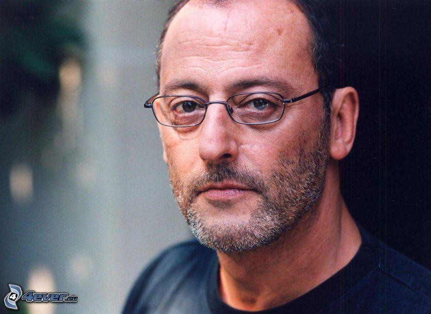 Jean Reno, uomo con gli occhiali