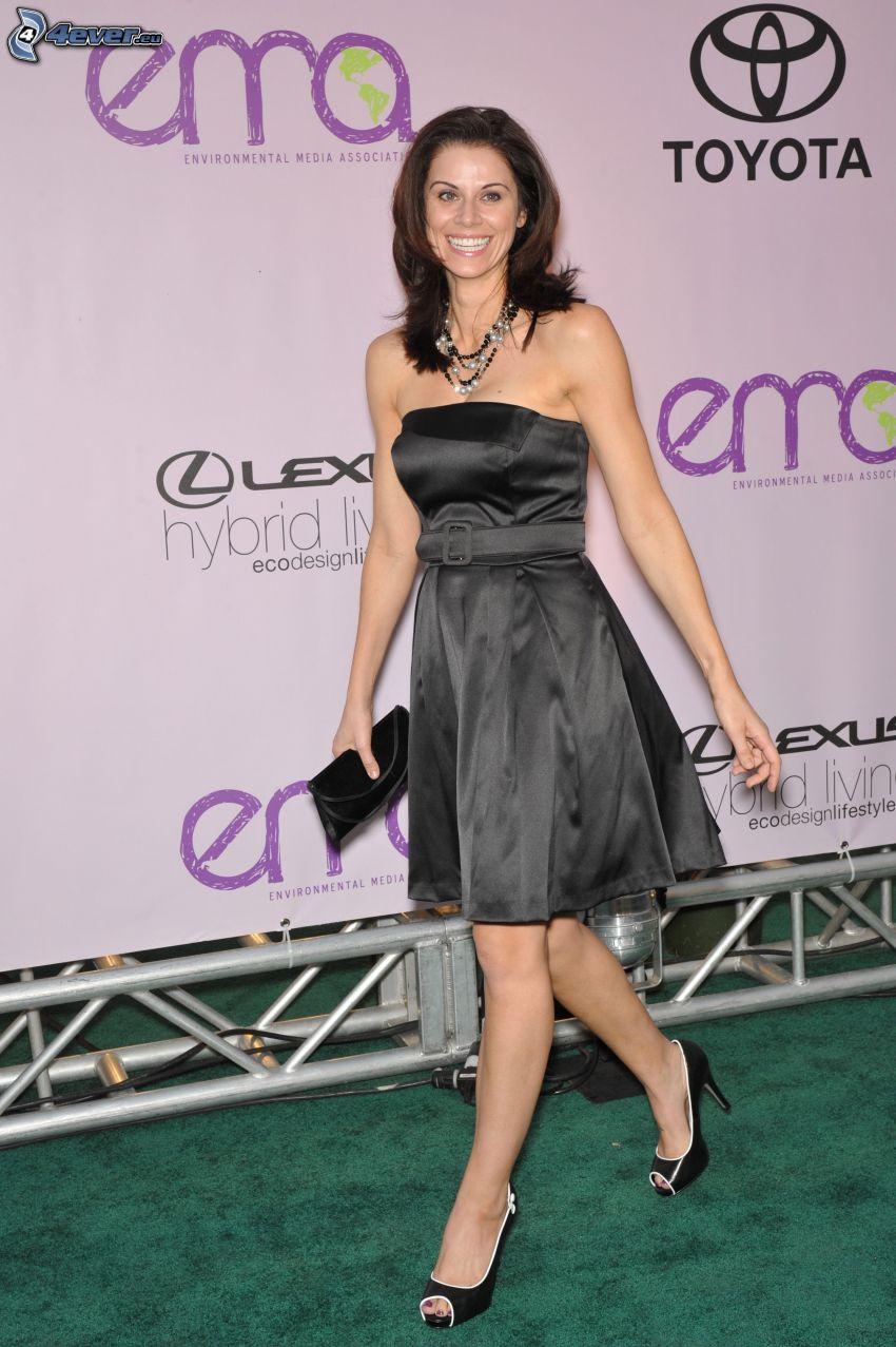 Jennifer Taylor, sorriso, mini vestito nero