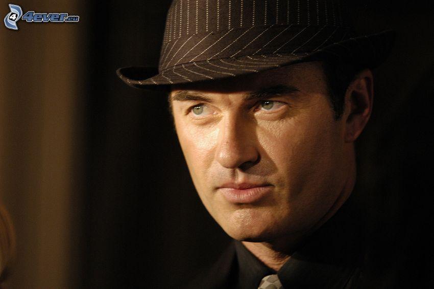 Julian McMahon, un uomo in un cappello