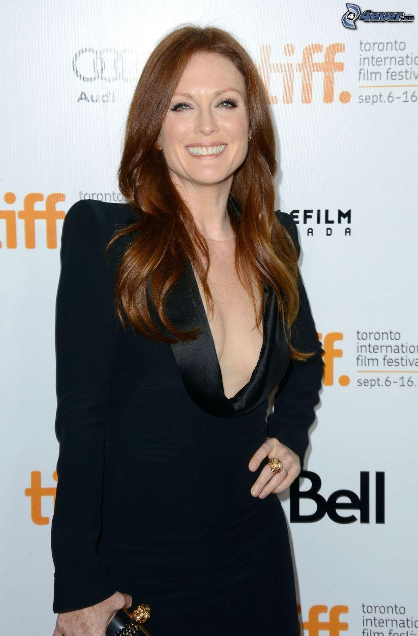 Julianne Moore, sorriso, abito nero