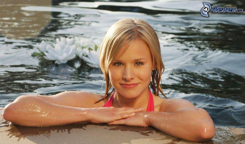 Kristen Bell, donna in piscina, bionda, fiori bianchi