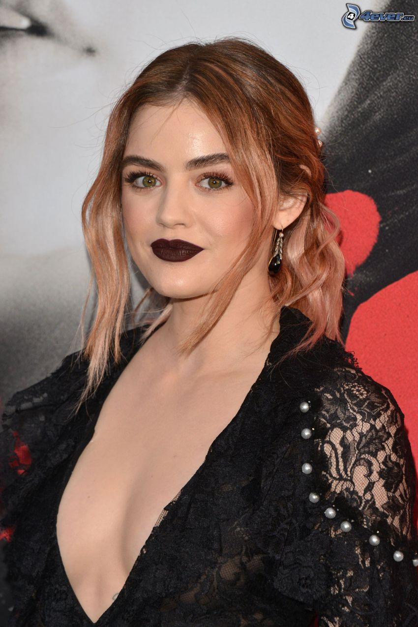 Lucy Hale, le labbra nere