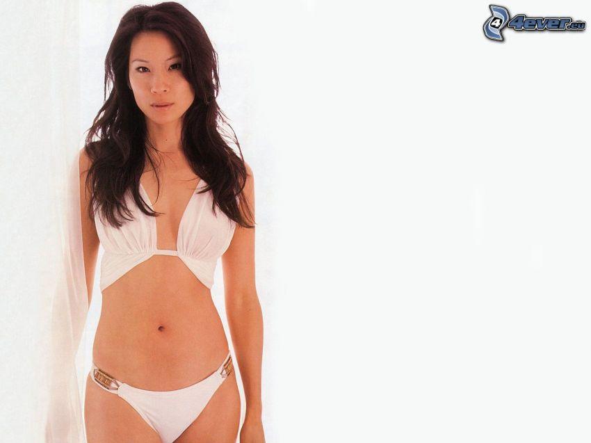 Lucy Liu, costume da bagno bianco