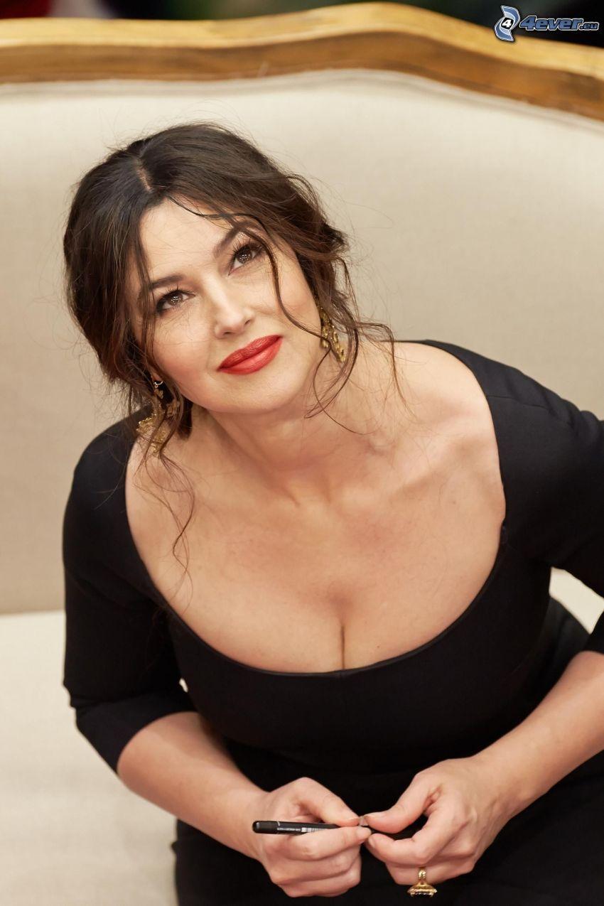 Monica Bellucci, abito nero, sguardo, pennarello