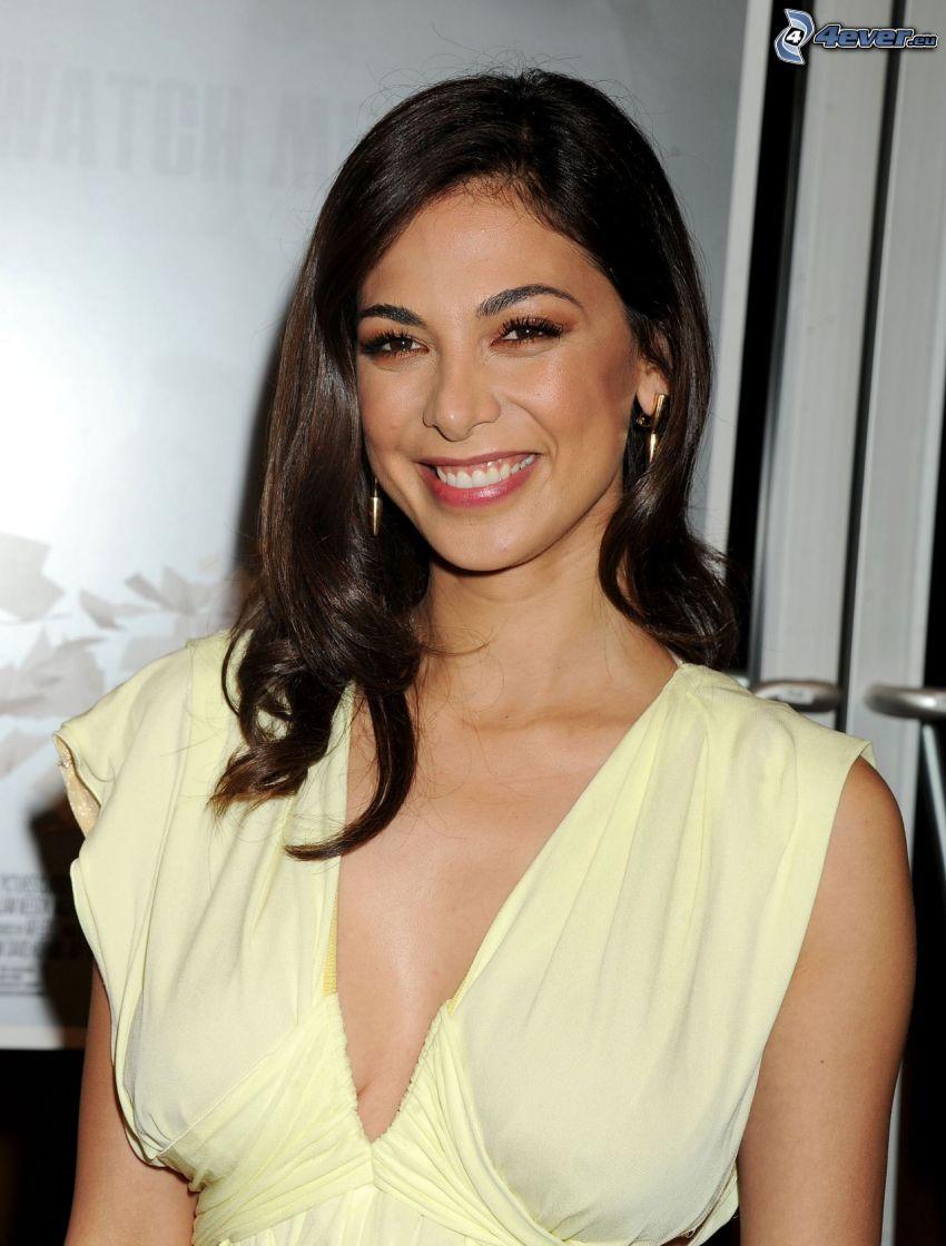 Moran Atias, sorriso, abito giallo