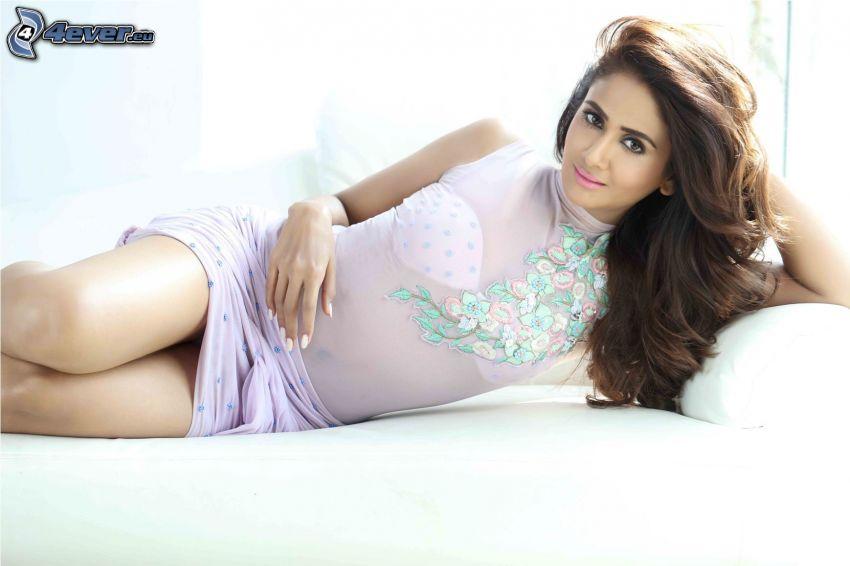 Parul Yadav, brunetta sul letto, camicia trasparente