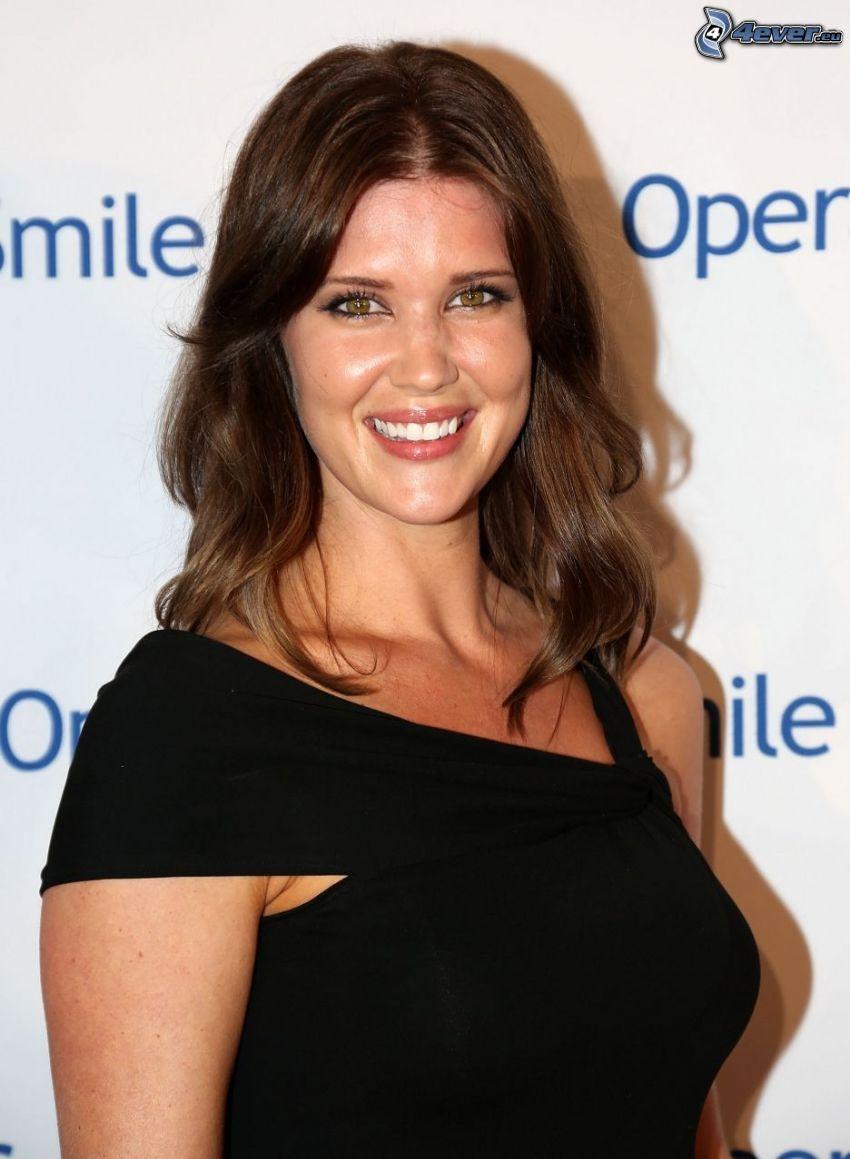 Sarah Lancaster, sorriso, abito nero