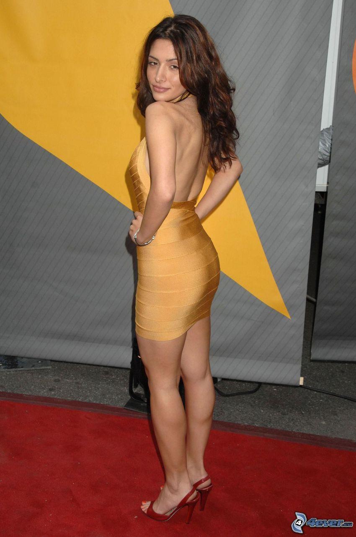 Sarah Shahi, abito giallo