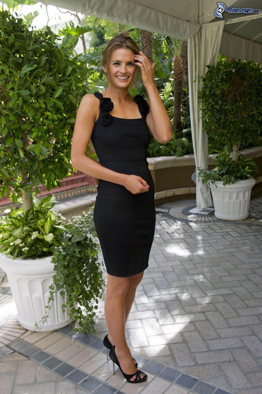 Stana Katic, mini vestito nero, giardino