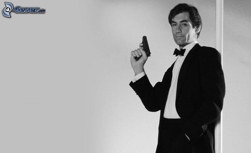 Timothy Dalton, foto in bianco e nero, uomo con un fucile